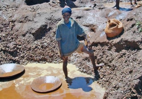 Мадагаскарские дети добывают полудрагоценные камни