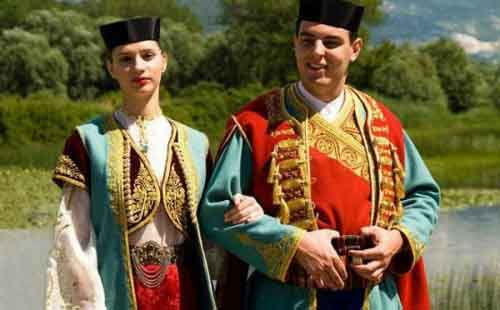 Черногорцы в национальных костюмах