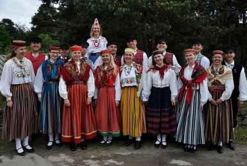 Эстонцы в национальных костюмах