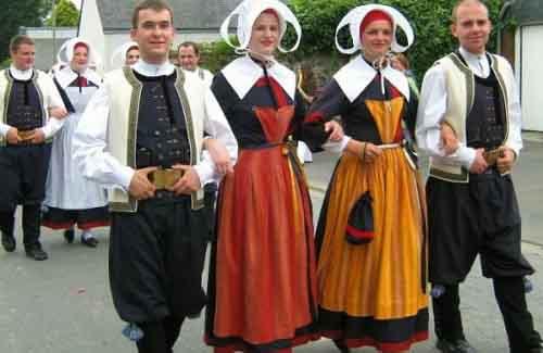 Французы в национальных костюмах