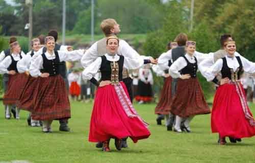 Литовцы в национальных костюмах