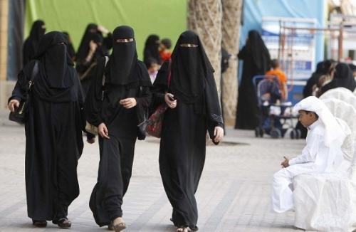 Женщины в полностью закрытой одежде в ОАЭ